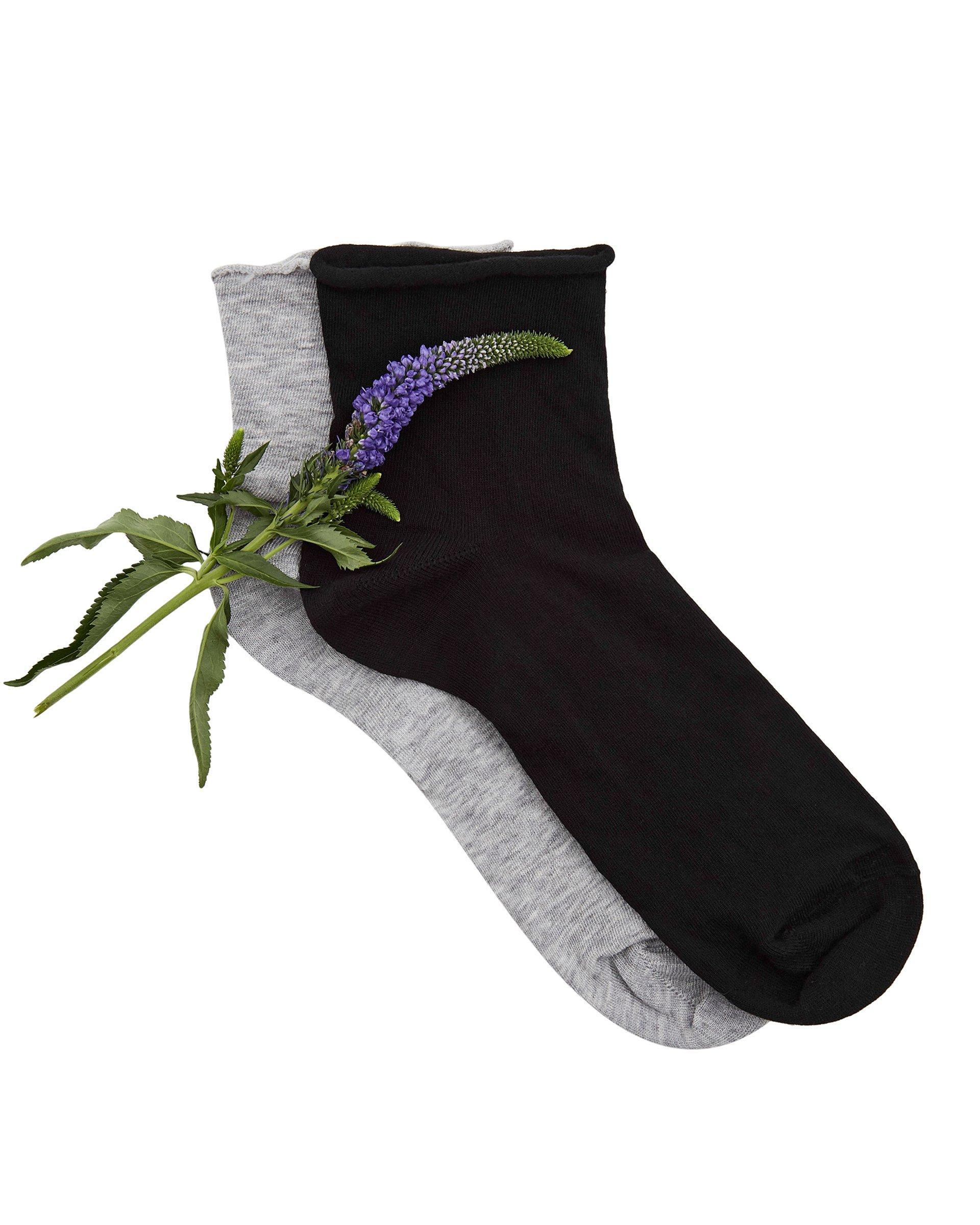 Носки 2 парыНижнее белье<br>Комплект носков состоит из двух пар. Модель выполнена из тонкого хлопкового трикотажа с добавлением синтетических волокон. Цветы на фотографиях не являются товаром и продаже не подлежат.<br>Цвет: Черный; Размер: OS;