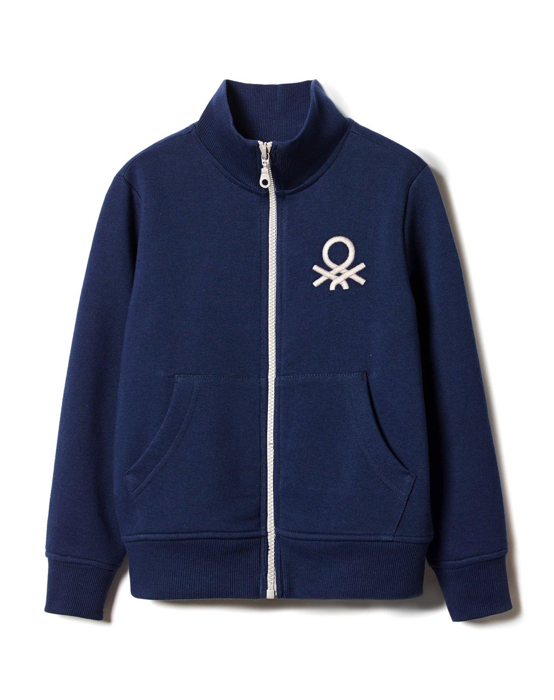 ТолстовкаТолстовки<br>Толстовка из 100% хлопка с длинным рукавом, застежкой на молнию, двумя карманами спереди и принтом с логотипом Benetton слева на груди. Воротничок-стойка, манжеты и низ изделия в рубчик.<br>Цвет: Синий; Размер: XS;